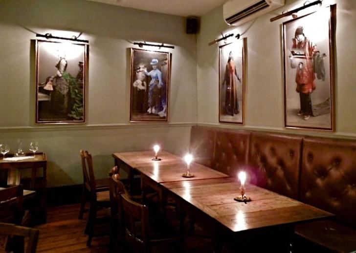 レディの肖像画が壁を飾る