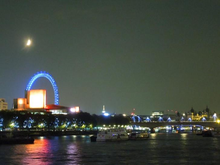夜の眺めは格別。この日は月がきれいだったな