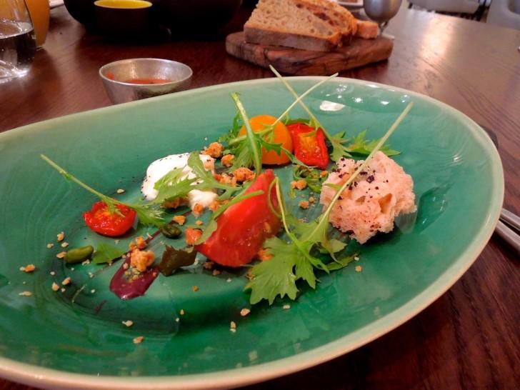 セット・メニューのスターター(1)トマトを楽しむ一皿には、トマト・ジュースを注ぎ入れて楽しむ♪