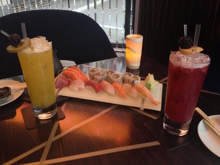 Best Hotel Bar of the Yearなどさまざまな賞を受賞しているPolo Bar は豊富なカクテルとカジュアルな食事を提供。新鮮な寿司をバーでスタイリッシュに味わうこともできる。
