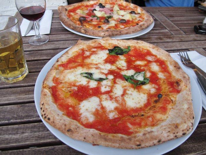 このシンプルさがたまらないナポリ・ピザ♪
