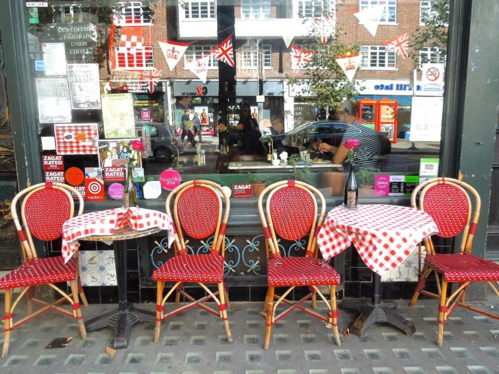 赤いテーブル&チェアが目印