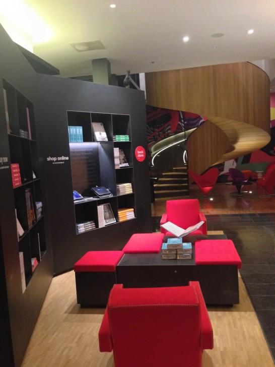 オランダの書籍店 MENDO おすすめの本コーナーがあり、センスの良い本が並ぶ。お土産として購入も可能。