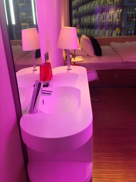 スペース有効活用のために、洗面台はバスルームの外。