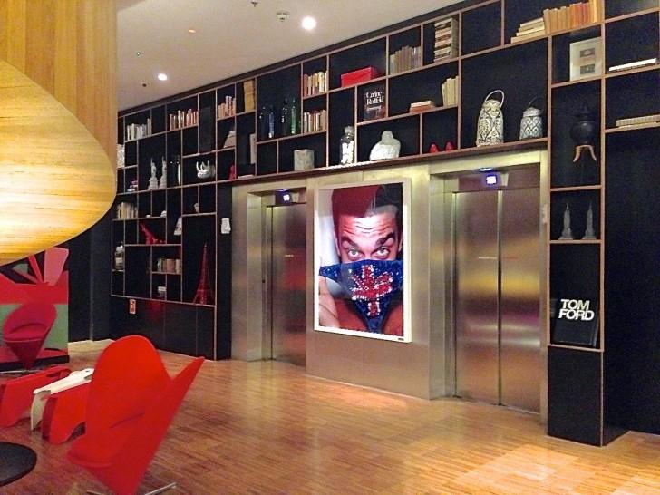 エレベーターホール。目を引く有名写真家Mario Testino 作の Robbie Williams 1999