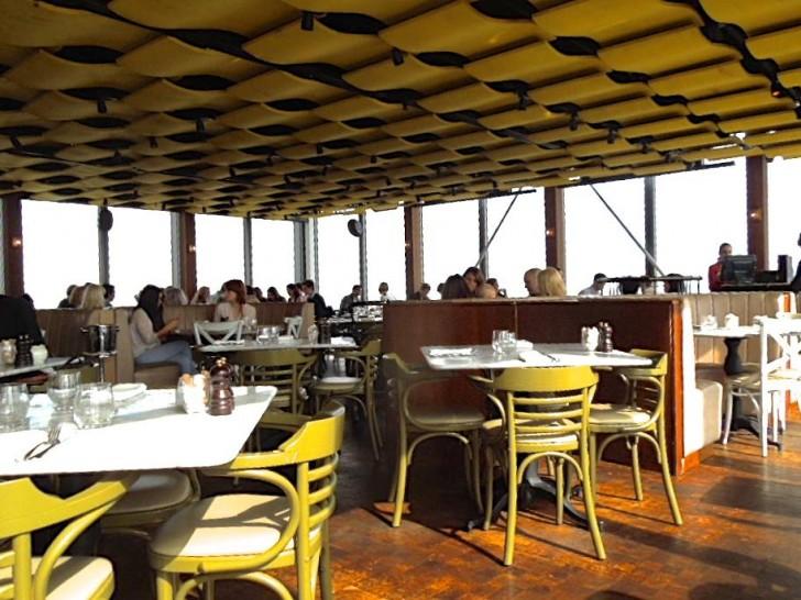 三方がガラス張りの絶景レストラン
