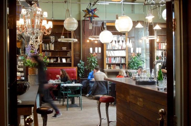 天井が高いのとインテリアが素敵なのとで、カフェ・バーの雰囲気はかなりグッド