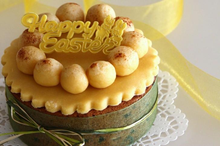 お店のウインドーに黄色のシムネルケーキが並ぶと春の訪れを感じます