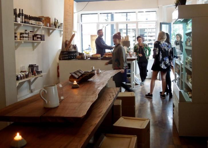 中央にあるコミューナル・テーブルでコーヒー&ケーキや軽食はいかが?
