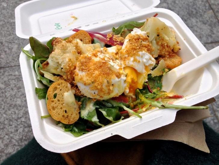 定番のポーチド・エッグ弁当も季節によってトッピングや野菜が変わって飽きさせない味♪