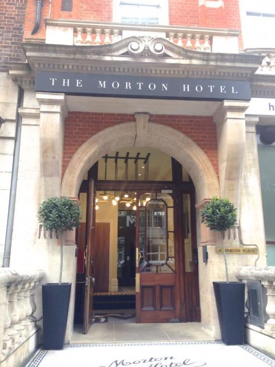 入り口。ブルームズベリー・グループのシンボルであった猫のマークがそのままホテルのロゴの一部として使われている