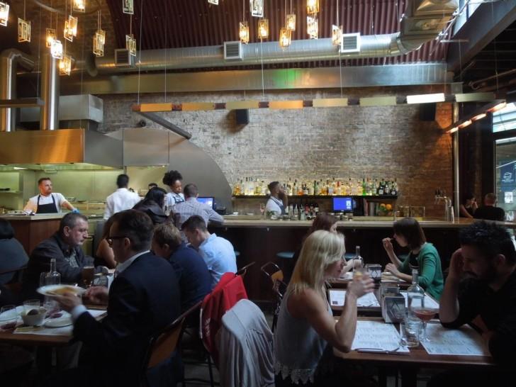 本格バーでは各種カクテルやバー・メニューを楽しむことができます