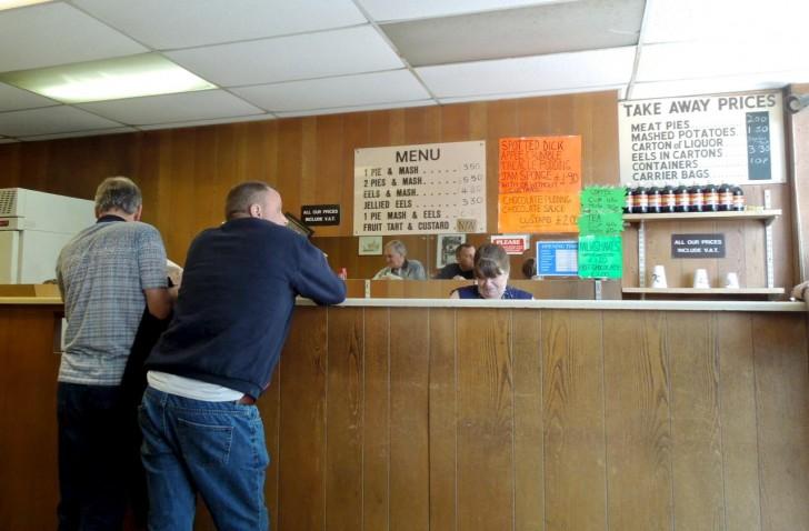カウンターで注文、支払いを済ませてから席に座る。