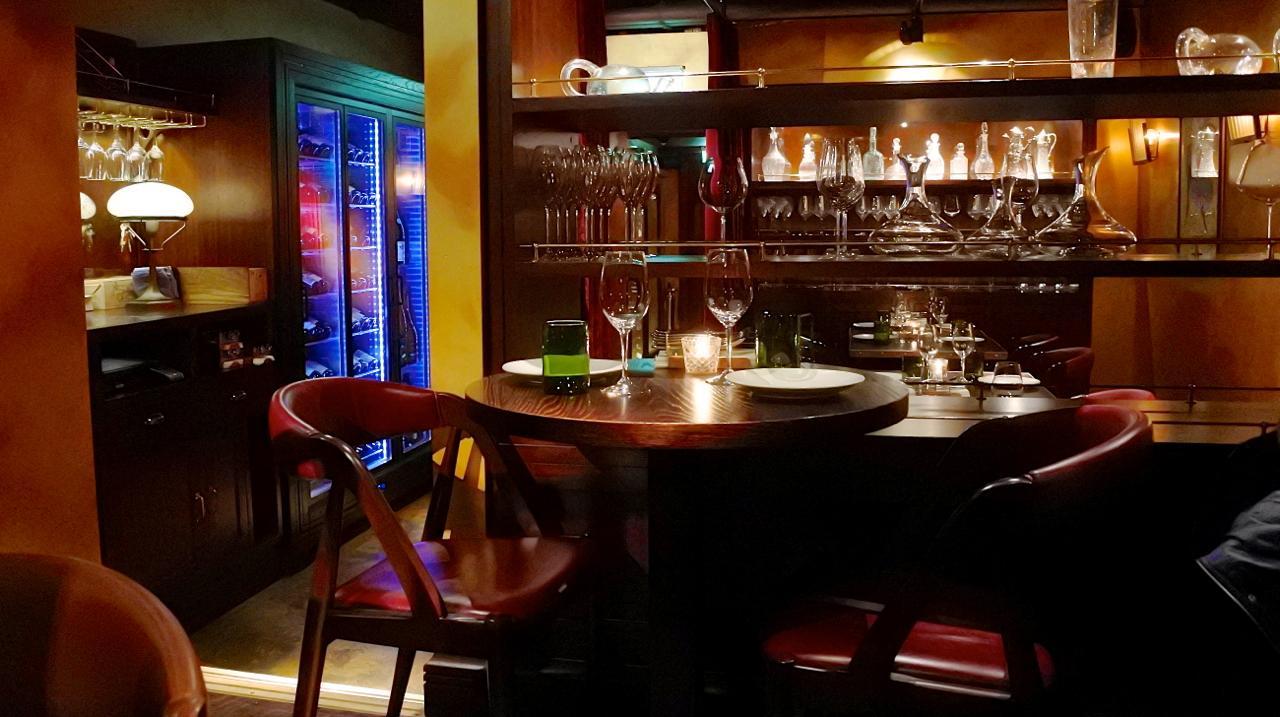 地下の奥にあるテーブル席。デートにぴったり♪
