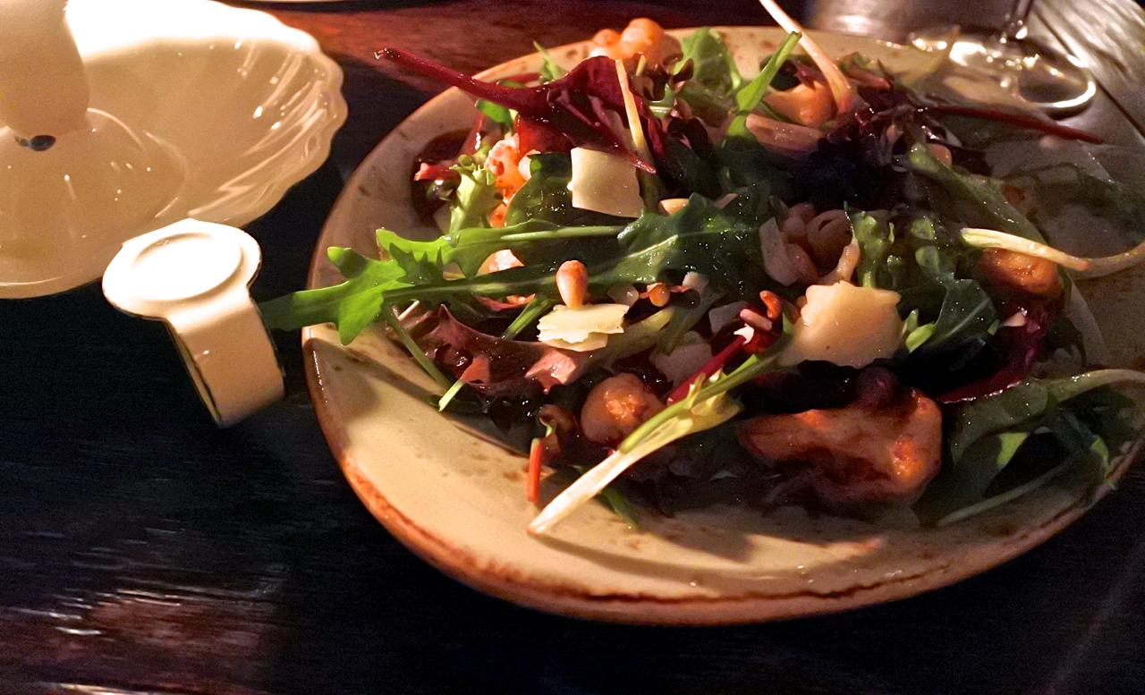 カリフラワーとマンチェゴ・チーズのサラダ。素材の組み合わせもドレッシングも旨い!!
