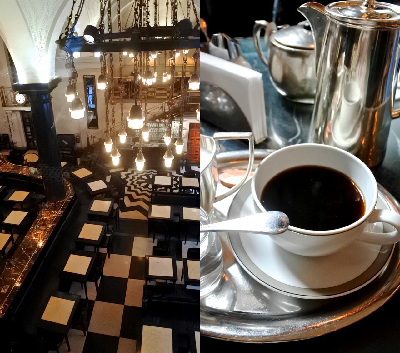 コーヒーはクラシックなシルバーのポットに入ってきます