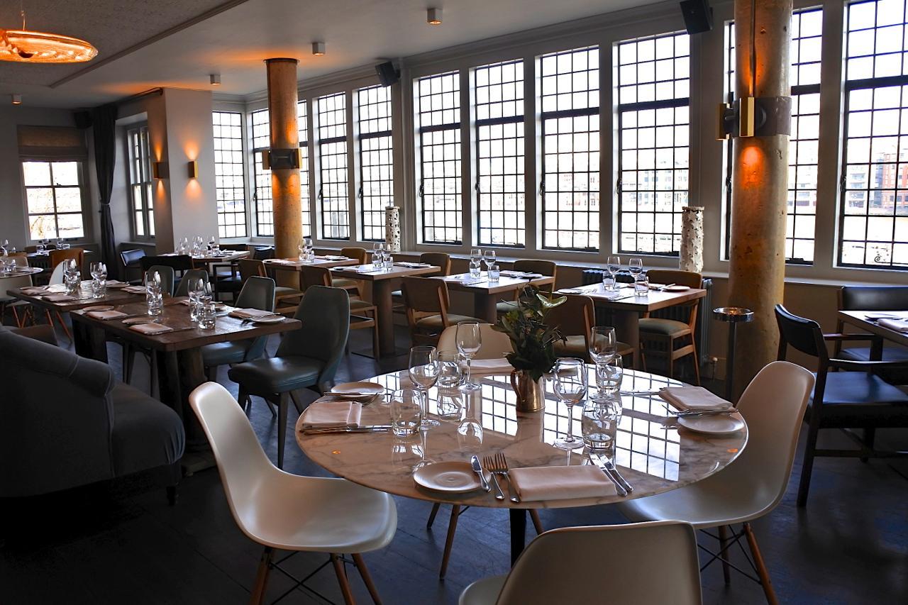 いつ来てもハッとするほど美しい2階レストラン。眺めは最高!