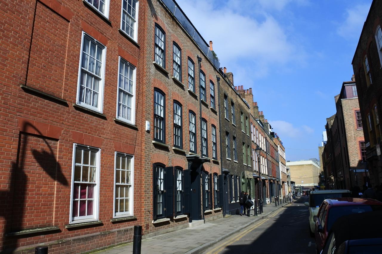美しきジョージア王朝様式のタウンハウスのお手本のような建物が並ぶFournier Street。有名アーティストたちが好んで住んでいた通りでもあります。