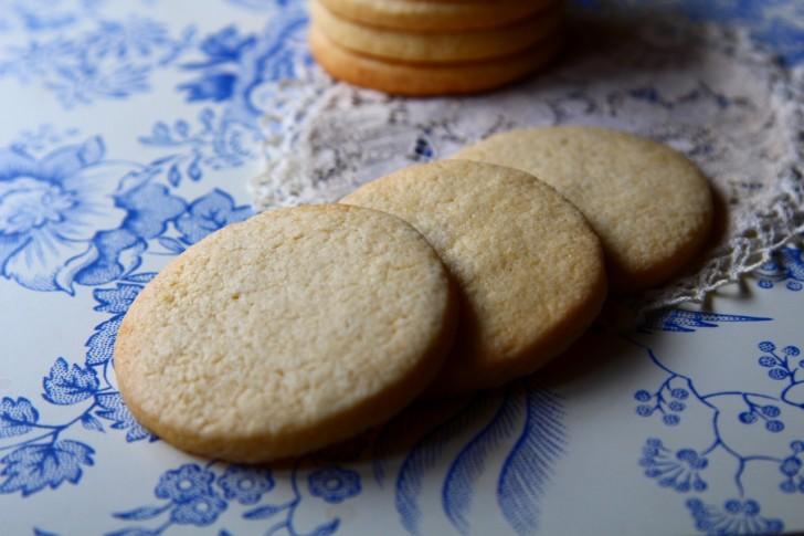 ローズウォーターとナツメグ入りの19世紀のレシピで焼いたシュルズベリーケーキ☆