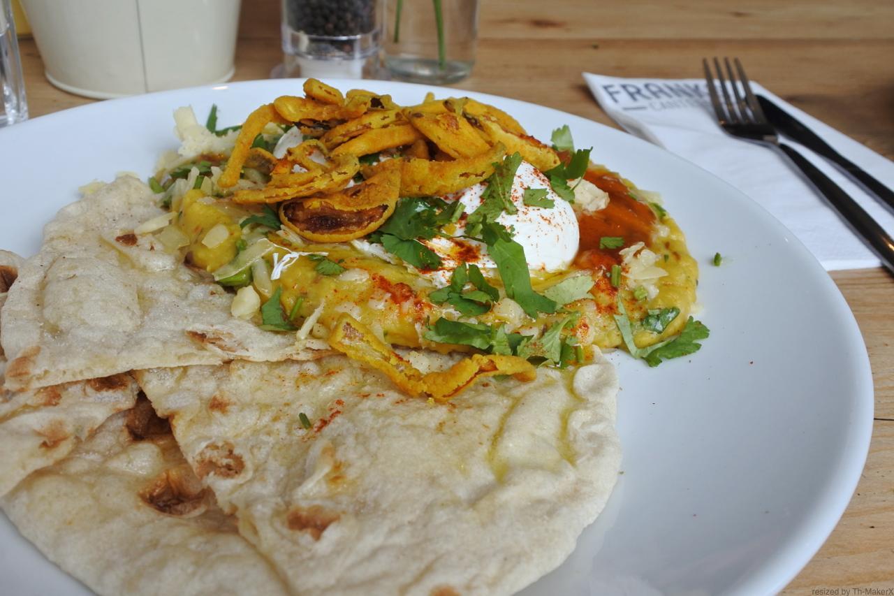 インド料理のダールをブランチ風にアレンジ。やさしい味わいのダールにオニオン・フライ、ポーチド・エッグ、そして