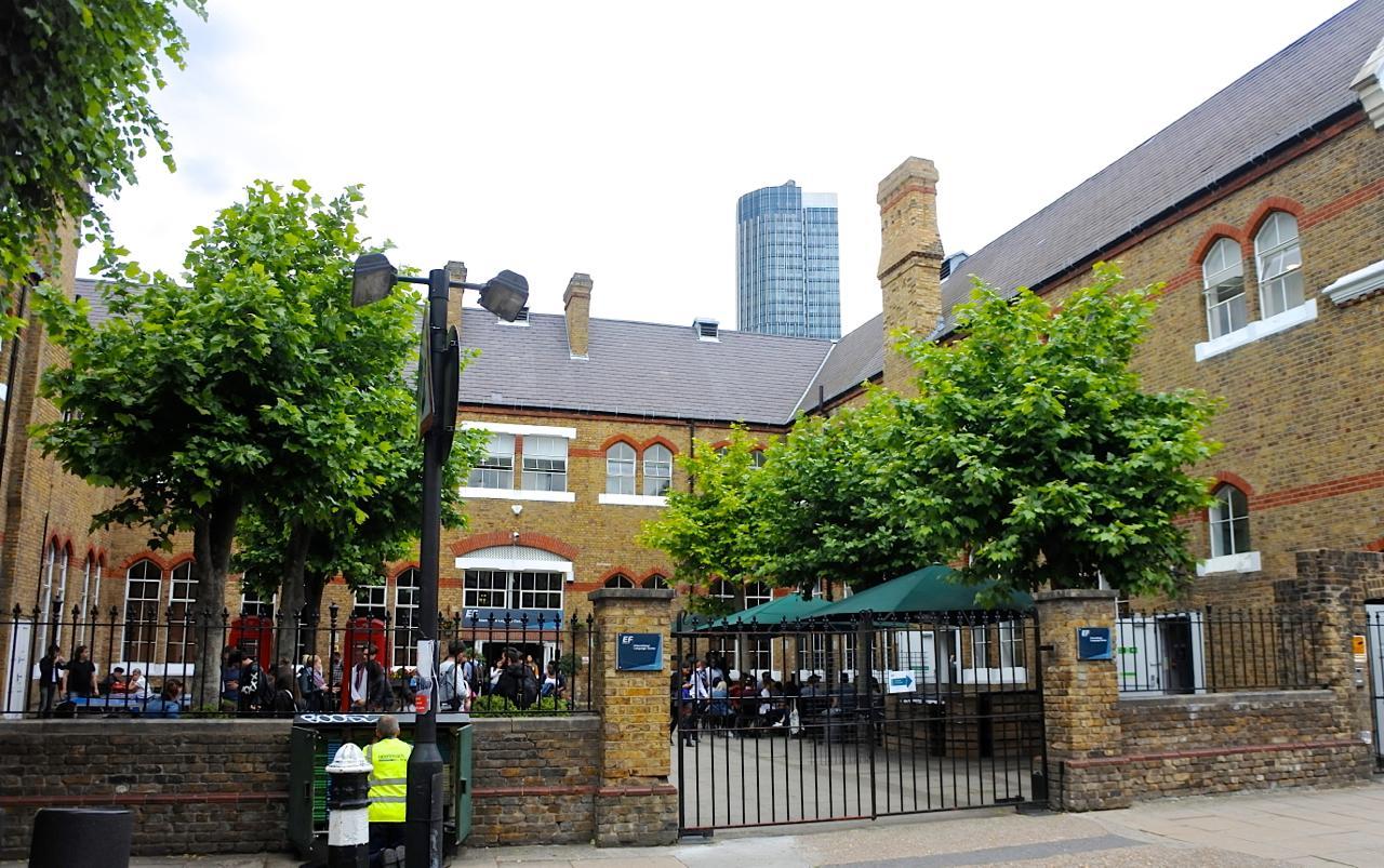 WaterlooにあるEFロンドン校の外観。立派です!! 人気の繁華街コベント・ガーデンまで歩いて15分の好立地ですが、学校の周りはとても静か。