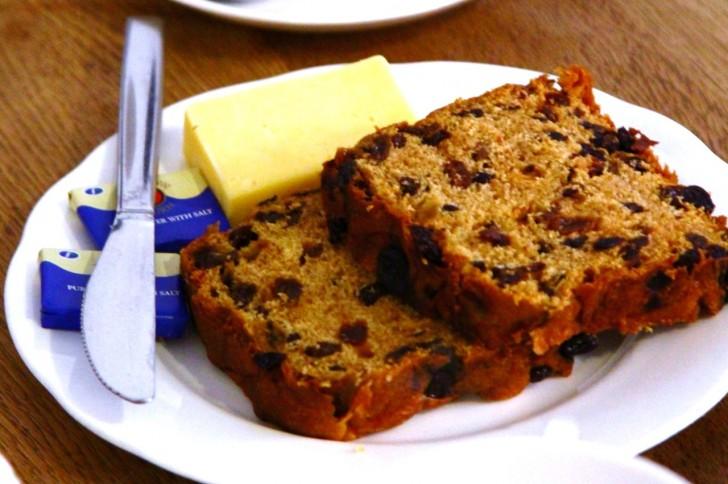 これはイーストタイプ、バターの他にチーズの塊が添えられています☆