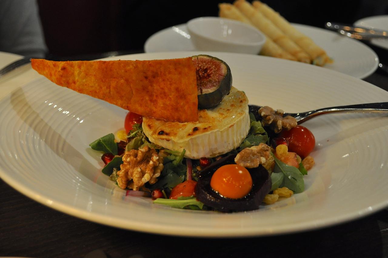 山羊チーズとクルミのサラダ♪ パリパリのクラッカーも美味しい
