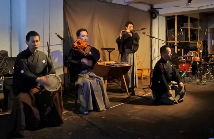 能楽師の皆さんの来英中は、別の舞台も設けられた。こちらはCafe OTOで行われた現地前衛ミュージシャンと能楽師のコラボ。興味深かった!