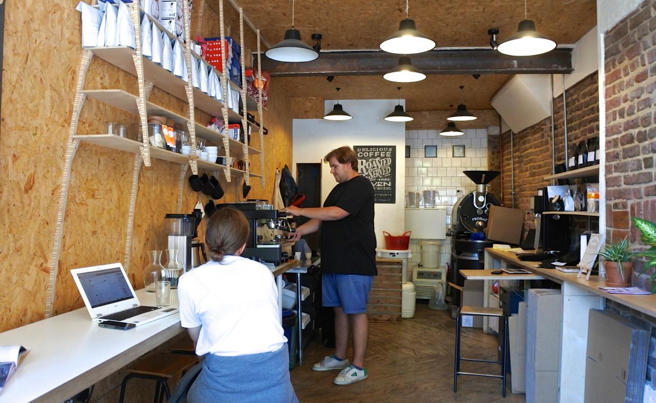 焙煎所にカフェが併設されているイメージ。持ち帰りにしてペッカム・ライで休憩もいいアイデア♡