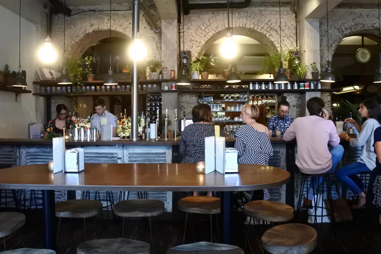 フロントのバー・スペース。ふらっと立ち寄って一杯飲みができる上に、美味しいタイ・スナックをおつまみにできると言う寸法。