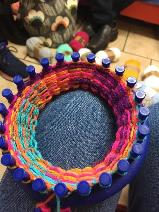 このとおり、だいぶ編み上がってきました。ちょっと編み方が緩かったみたいだけど、気にしない気にしない。25ラウンド程度編んだら取り外して成形します。
