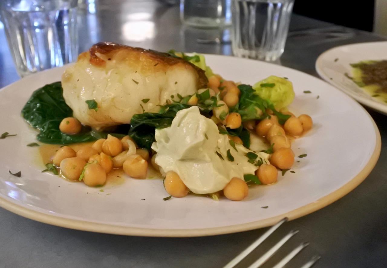 こちらはアラカルトのメインから、タラのロースト+ひよこ豆+アンチョビ・ソース。シンプルで見た目通り。だけど素材がいいと最高に美味しいネ^^
