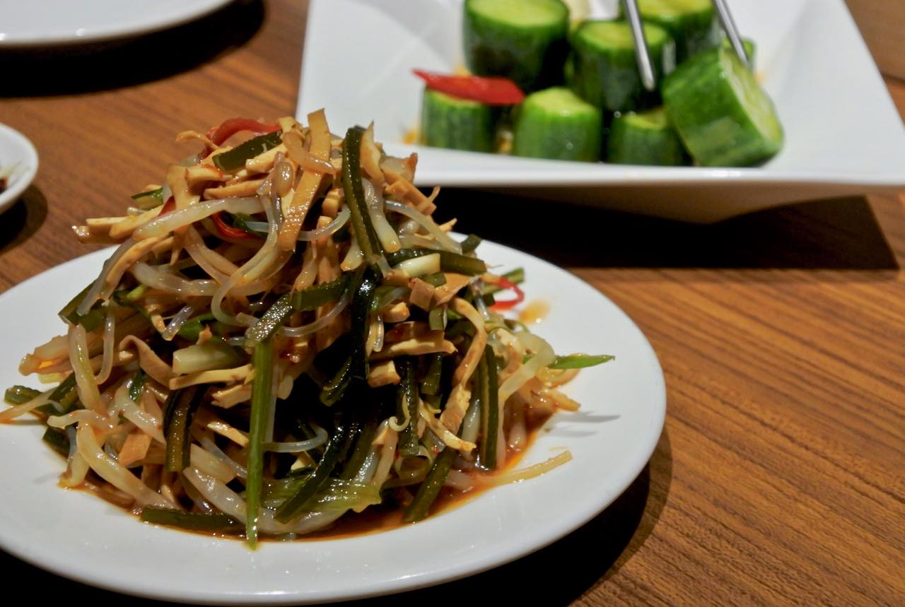 コリコリとした歯ごたえを楽しめるオリエンタル・サラダは箸休めに最適♪