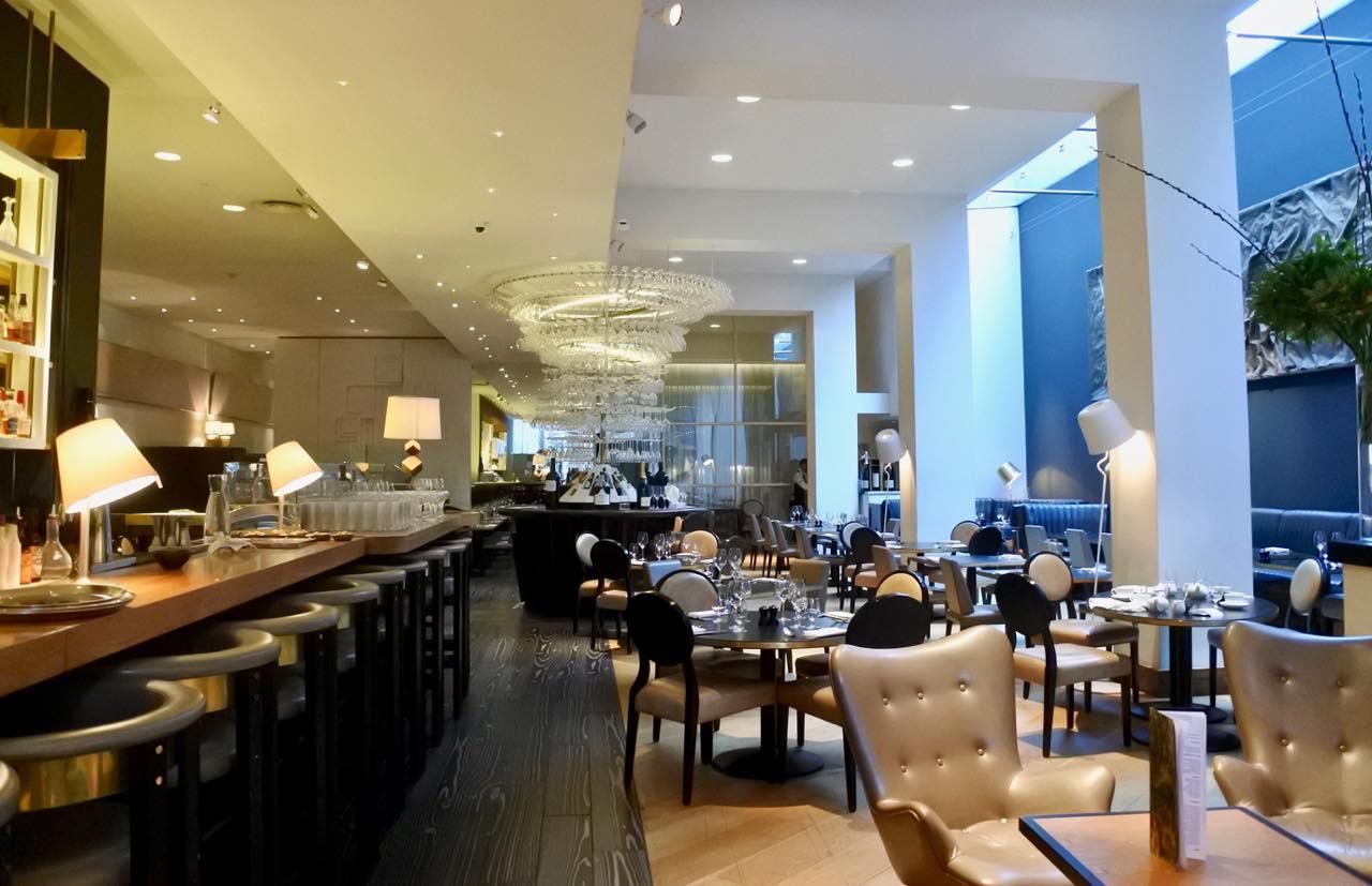 右手に広がるレストラン・スペース。広い! コンテンポラリーにまとめています。