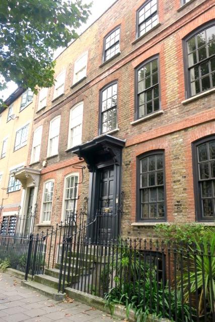 最寄地下鉄駅から徒歩3分という好立地。目立った看板等もなく、隠れ家的存在。建物は1717年築のクイーン・アン様式。18世紀前期のアン女王の時代に流行した建築様式で歴史の深みを感じます